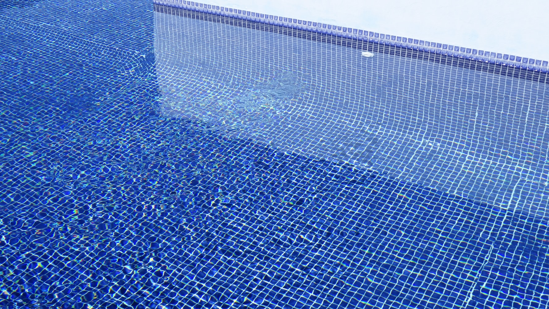 What Type of Pool Tile is the Best for Swimming Pools?